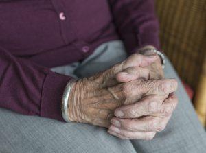 flux de vie vieille dame serre les mains frequensea pro phytoplancton marin bien vieillir